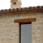finestra architrave in legno